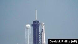 """Ракета-носитель """"Фалькон 9"""" с космическим кораблём """"Крю Дрэгон"""" на стартовой площадке"""