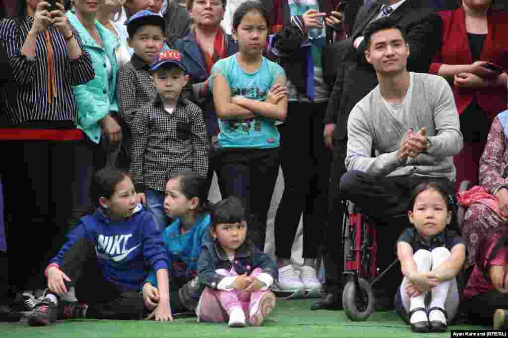 Зрители смотрят концерт, приуроченный к празднику - Дню единства народа Казахстана. Алматы, 1 мая 2018 года.