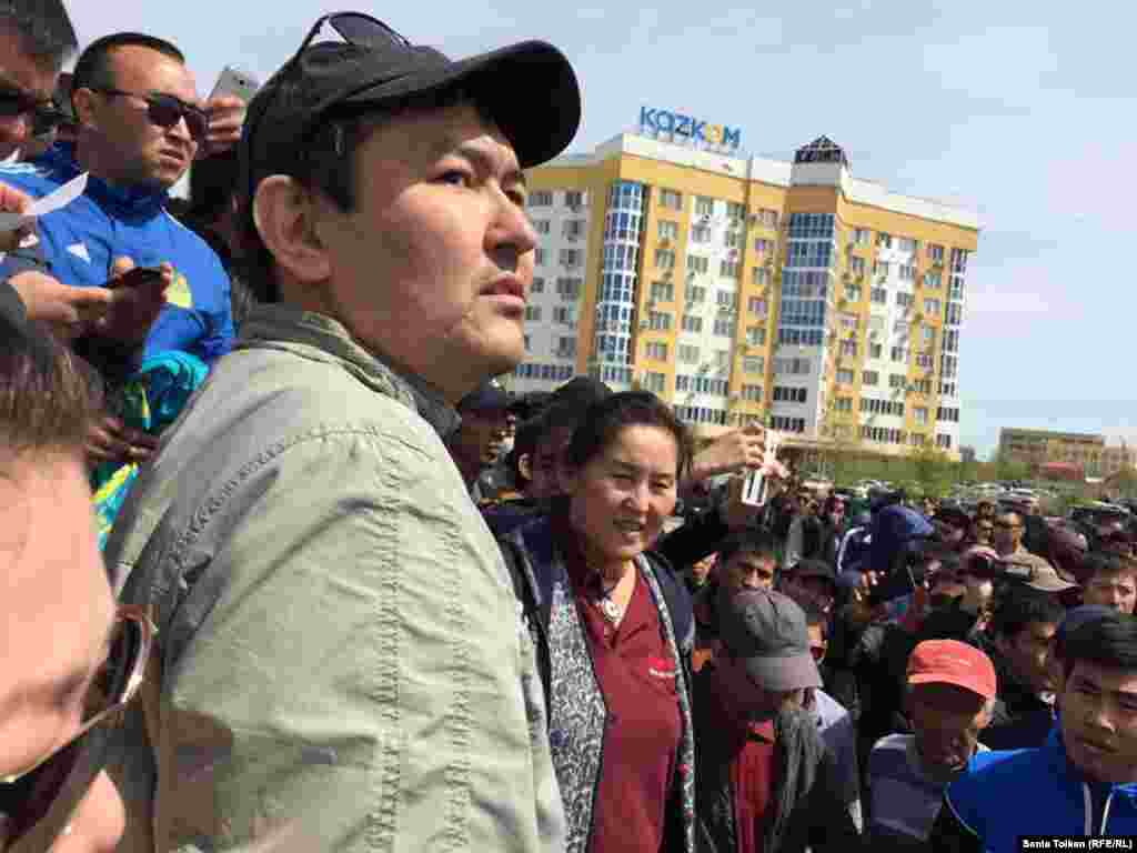По решению административного суда Атырауской области активист Талгат Аян получил 15 суток административного ареста. На фото: Талгат Аян на митинге в Атырау. 24 апреля 2016 года.