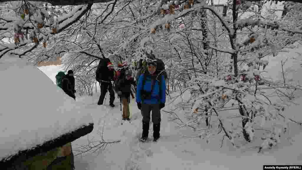 Ці молоді люди, як виявилося, вирушають у засніжені гори на кілька днів