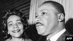 مارتین لوتر کینگ همراه با همسرش، لورتا اسکات کینگ.