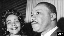 مارتین لوترکینگ، رهبر جنبش مدنی سیاهان آمریکا به همراه همسرش لورتا اسکات کینگ