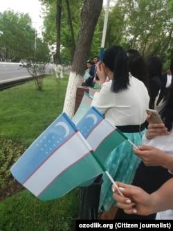 Студенты Университета мировой экономики и дипломатии встречают президента Туркменистана Гурбангулы Бердымухамедова. Ташкент, 23 апреля 2018 года.