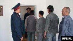Задержанные казахстанской полицией иностранцы-нелегалы. Иллюстративное фото.