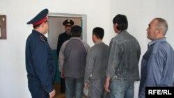 Полиция рейді барысында анықталған заңсыз мигранттар. (Көрнекі сурет)