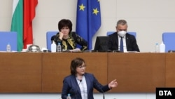 """Лидерът на БСП Корнелия Нинова по време на дебата за руската ваксина """"Спутник V"""" в парламента на 5 март 2021 г."""