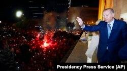 Президент Реджеп Тайип Эрдоган приветствует сторонников, Анкара, 25 июня 2018 года.