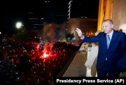 Реджеп Эрдоган обращается к сторонникам в Стамбуле. 24 июня