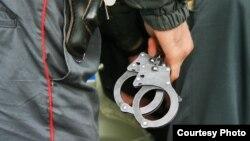 Полицейский с наручниками
