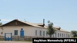 Здание малокомплектной начальной школы в селе Гульшат. Здесь обучается десять человек. Карагандинская область, 4 июля 2016 года.