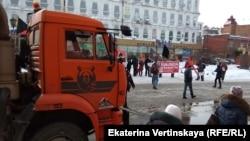 Снегоуборочная техника работает на площади где проходит митинг