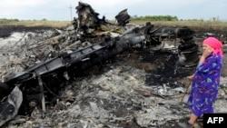 Місцева жінка у селі Грабове на місці падіння уламків літака рейсу МН17 Малайзійських авіаліній, на борту якого було 298 людей, що летіли з Амстердама до Куала-Лампур, 19 липня 2014 року