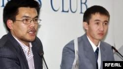 Лидеры молодежных движений Жанбота Карашолаков (слева) и Азамат Жетписбаев (справа) на пресс-конференции. Алматы, 27 октября 2009 года.