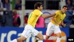 Бразильцы (в том числе изображенные на снимке Жуниньо и Кака), которых называли главными фаворитами, так всех разочаровали, что в символическую сборную чемпионата был включен один только Зе Роберто