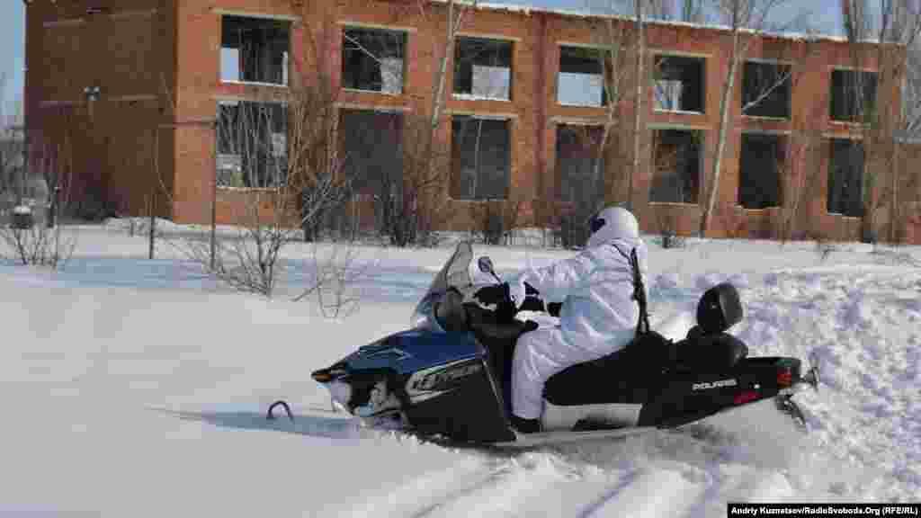 Увага дітей була прикута до снігоходу, який прикордонники використовують при виконанні своїх службових обов'язків