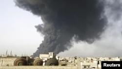 Хомстағы мұнай өңдеу зауытынан көтерілген түтін. Сирия, 15 ақпан 2012 жыл.