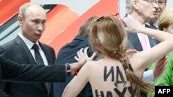 Femen тобының әйелдері Ресей президенті Владимир Путинге наразылық танытты. Германия, 8 сәуір 2013 жыл.