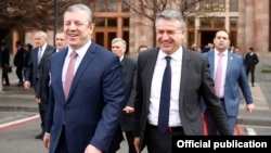 Armenia - Armenian Prime Minister Karen Karapetian (R) and his Georgian counterpart Giorgi Kvirikashvili are pictured after holding talks in Yerevan, 2 March 2018.