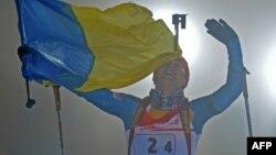 Віта Семеренко фінішує з прапором України на знак перемоги в естафеті в Обергофі, 2012 рік