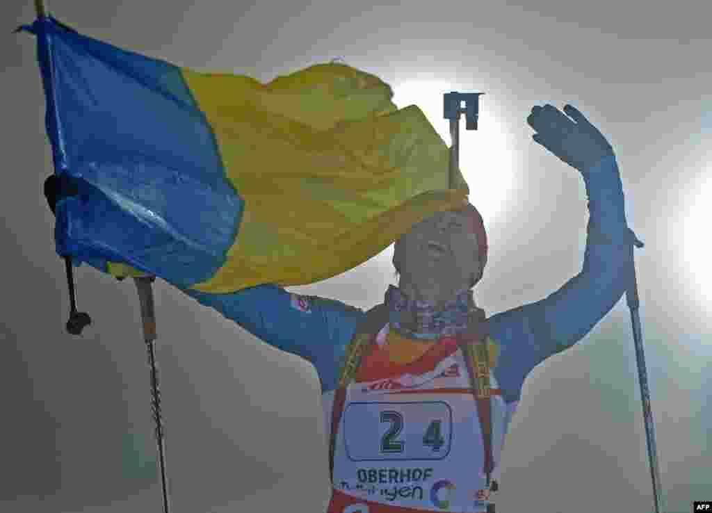 Віта Семеренко, член жіночої команди України з біатлону, святкує перемогу на четвертому етапі Кубка світу з біатлону в німецькому містечку Обергофі, 3 січня