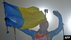 Три роки тому Віта Семеренко завершувала естафету в Обергофі з прапором України (архівне фото)