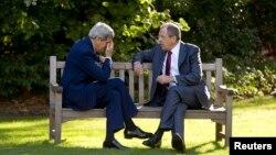 Министр иностранных дел России Сергей Лавров (справа) и государственный секретарь США Джон Керри. Париж, 14 октября 2014 года.