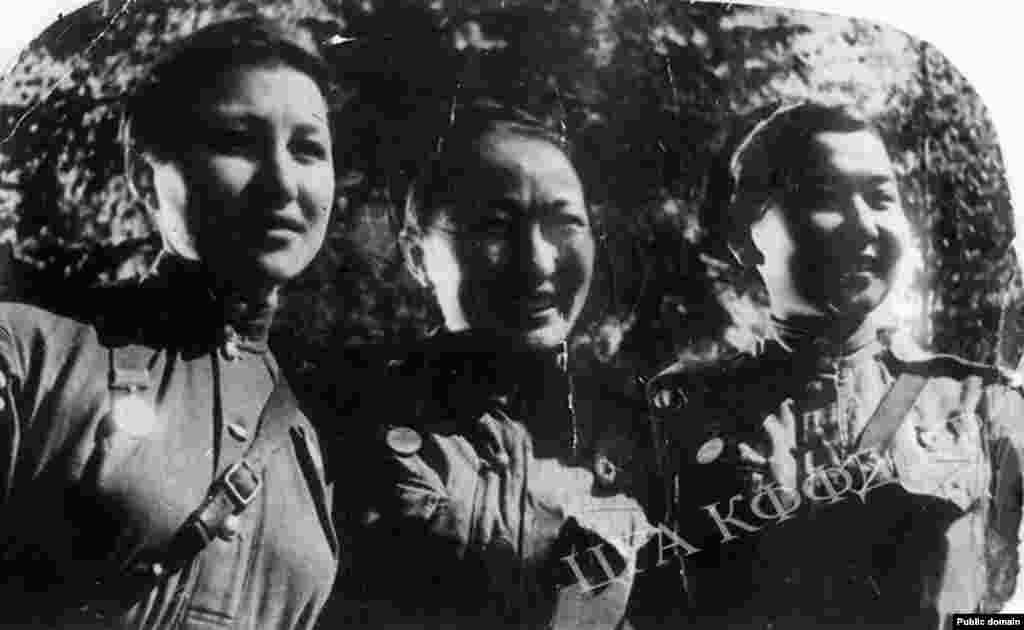 Артисты драматического театра Исмаилова, Эралиева и Алиева в 1942 году вместе с бригадами артистов прибыли на фонт. В составе Панфиловской дивизии они пробыли до 1945 года. Фотография сделана в 1943 году.