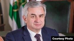 На встрече с президентом обсуждались вопросы, касающиеся укрепления и развития связей с абхазской диаспорой в Турции и других странах мира