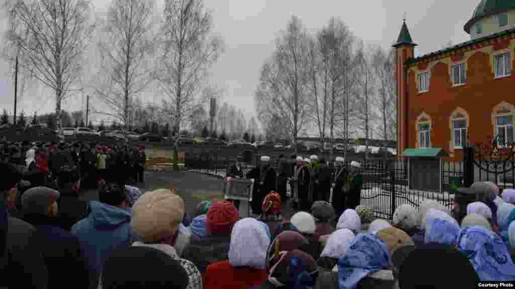 Балтачта яңа мәчет ачылышында Казан кунаклары балтачлыларга бүләкләрен бирә