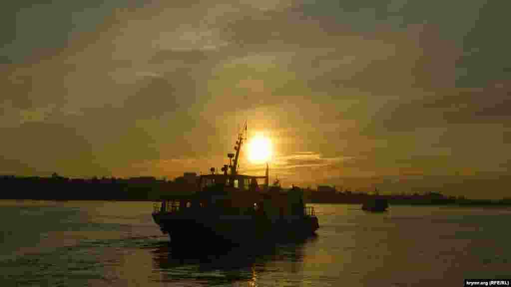 Журналисты Крым.Реалии запечатлели на фото закат в Севастопольской бухте. На фото – пассажирский катер на линии «Графская» – «Северная (площадь Захарова)»