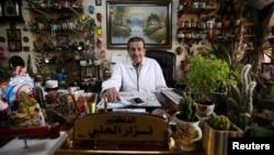 Д-р Нъзар Ал-Халаби в кабинета си, в който отглежда над 3000 растения