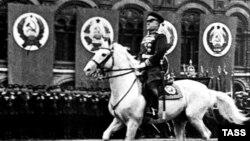 Маршал Жуков на военном параде в Москве 24 июня 1945 года (архивное фото)