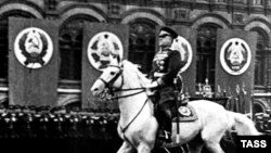 Marşal Jukov qələbə paradında, 24 iyun 1945