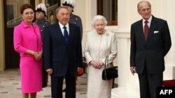 Қазақстан премьер-министрінің орынбасары Дариға Назарбаева (солдан оңға), Қазақстан президенті Нұрсұлтан Назарбаев, Ұлыбритания патшайымы ІІ Елизавета және принц Филипп Букингем сарайында. Лондон, 4 қараша 2015 жыл.