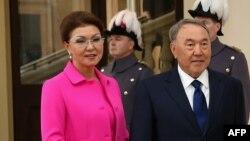 Президент Казахстана Нурсултан Назарбаев со старшей дочерью Даригой Назарбаевой в Букингемском дворце. Лондон, ноябрь 2015 года.