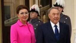 Дарига Назарбаева (в бытность вице-премьером Казахстана) и ее отец Нурсултан Назарбаев, на тот момент президент Казахстана, в Букингемском дворце. Лондон, 4 ноября 2015 года.