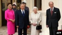 Казак президенти Нурсултан Назарбаев, кызы Дарига Назарбаева (солдо) жана Британ ханышасы Елизавета II менен анын жолдошу принц Филипп, Лондон, 4-ноябрь 2015-жыл.