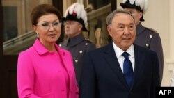 Президент Казахстана Нурсултан Назарбаев и его старшая дочь Дарига Назарбаева, заместитель премьер-министра Казахстана. Лондон, 4 ноября 2015 года.
