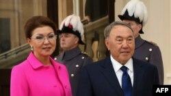 Казак президенти Нурсултан Назарбаев кызы Дарига менен.