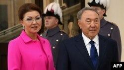 Старшая дочь президента Казахстана Дарига Назарбаева со своим отцом президентом Казахстана Нурсултаном Назарбаевым во время посещения Букингемского дворца. Лондон, 4 ноября 2015 года.