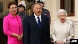 Қазақстанның сол кездегі президенті Нұрсұлтан Назарбаев (ортада), оның үлкен қызы, сол кездегі Қазақстан премьер-министрінің орынбасары Дариға Назарбаева (сол жақта) және Ұлыбритания патшайымы Елизавета II. Букингем сарайы, Лондон, 4 қараша 2015 жыл.