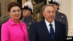 Дариға Назарбаева (Қазақстан вице-премьері болған кезде) және әкесі, сол кездегі Қазақстан президенті Нұрсұлтан Назарбаев Букингем сарайында. Лондон, 4 қараша 2015 жыл.
