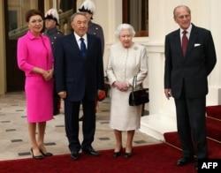 Заместитель премьер-министра Казахстана Дарига Назарбаева, президент Казахстана Нурсултан Назарбаев, королева Великобритании Елизавета и принц Филипп в Букингемском дворце. Лондон, 4 ноября 2015 года.