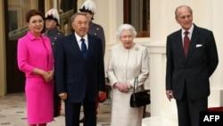 Дариға Назарбаева (сол жақтан бірінші) әкесі президент Нұрсұлтан Назарбаевпен бірге Букингем сарайында Ұлыбритания патшайымы Елизаветамен кездесіп тұр. Лондон, 4 қараша 2015 жыл