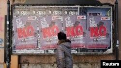 Женщина проходит мимо агитационных плакатов предстоящего референдума о конституционной реформе. Рим, 30 ноября 2016 года.