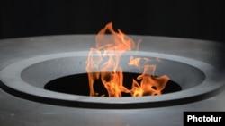 Вечный огонь в мемориале жертвам Геноцида армян Цицернакаберде