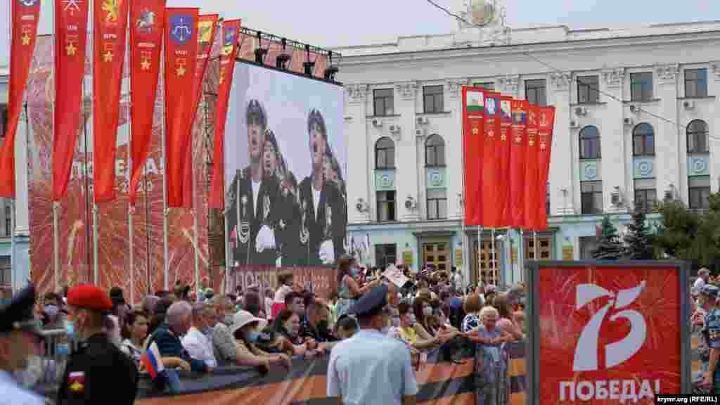 На площади Ленина установили большой экран, на котором шла видеотрансляция парада
