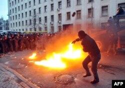 Prezident Administrasiyasının qarşısında polislərə daş atan etirazçı