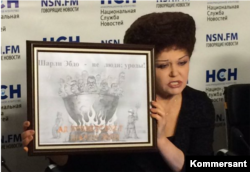 Валентина Петренко показывает журналистам свой ответ Charlie Hebdo