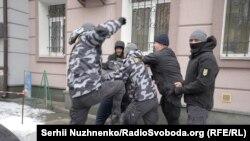 Бійка між представниками «Нацдружин» і невідомими чоловіками, що виглядають як «тітушки», біля Солом'янського райсуду Києва, 15 лютого 2018 року